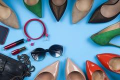 Accesorios y zapatos de las mujeres en fondo ligero Visión superior Foto de archivo libre de regalías