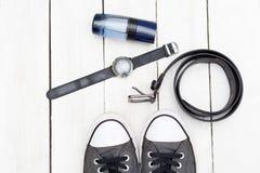 Accesorios y zapatos de moda del ` s de los hombres en un backgr de madera blanco Imagenes de archivo