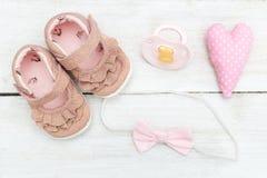 Accesorios y zapatos rosados para el bebé Endecha plana Foto de archivo