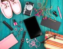accesorios, zapatos, PC de la tableta, cámara, bolso, cuaderno de notas, reloj, auriculares, pizarra y esencial Imagen de archivo libre de regalías