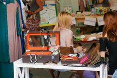 Accesory y joyería en mercado de la tienda grande para la industria de moda femenina Foto de archivo