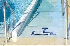 Access à la piscine pour handicapé Photo stock