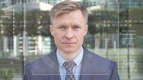 Access a accordé après la reconnaissance faciale à l'homme d'affaires clips vidéos