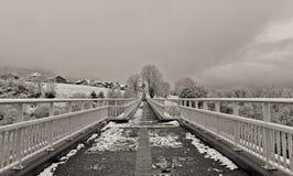 Access al villaggio sotto la neve immagine stock libera da diritti