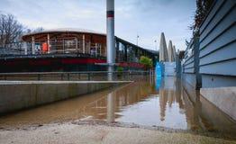 Accesso difficile alle chiatte lungo il fiume la Senna Fotografie Stock