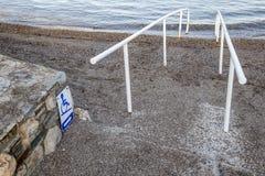 Accesso e segno della spiaggia per il disabile immagine stock libera da diritti