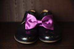 Accessoire de monsieur Chaussures noires, noeud papillon Image libre de droits