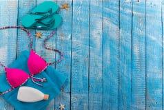 Accessoire de plage d'été sur la table en bois Photos libres de droits