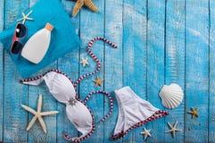 Accessoire de plage d'été sur la table en bois Images stock