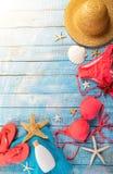 Accessoire de plage d'été sur la table en bois Image libre de droits