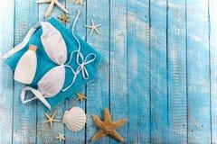 Accessoire de plage d'été sur la table en bois Photo libre de droits
