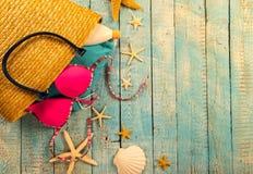 Accessoire de plage d'été sur la table en bois Photos stock