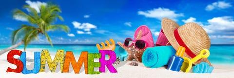 Accessoire de plage d'été sur la plage tropicale de paradis image libre de droits