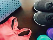Accessoire de séance d'entraînement de gymnase avec les vêtements de sport roses, chaussures noires et Images stock