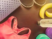 Accessoire de séance d'entraînement de gymnase avec les vêtements de sport roses, chaussures noires, yog Images stock