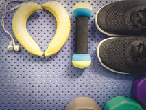 Accessoire de séance d'entraînement de gymnase des chaussures noires, de la petite haltère et du r Image stock