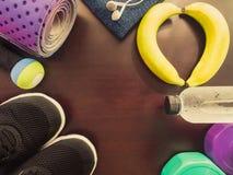 Accessoire de séance d'entraînement de gymnase des chaussures noires, tapis de yoga, haltère Photos stock