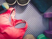 Accessoire de séance d'entraînement de gymnase des vêtements de sport roses, chaussures noires, SM Photographie stock