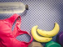 Accessoire de séance d'entraînement de gymnase des vêtements de sport roses, eau potable fraîche Photos libres de droits