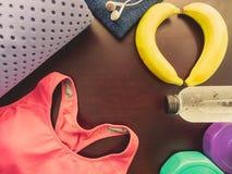Accessoire de séance d'entraînement de gymnase des vêtements de sport, du tapis de yoga et des refres roses Photographie stock libre de droits