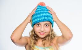 Accessoire de saison d'hiver de chute Modèles de tricotage Free Chapeau tricoté avec le pompon Blanc heureux de visage de longs c photographie stock