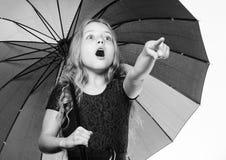 Accessoire lumineux pour l'automne Id?es comment survivez au jour nuageux d'automne Petite fille avec le temps de jour pluvieux d images stock