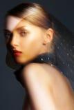 Accessoire. Modèle élégant de femme avec l'écharpe en soie noire Photos libres de droits