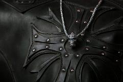 Accessoire sous forme de crâne sur une doublure en cuir sous forme de croix Photo stock