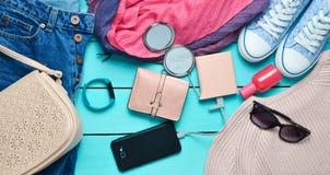 Accessoires à la mode de femmes, chaussures, vêtements et instruments modernes sur un fond en bois bleu Photo libre de droits