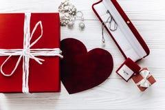 Accessoires élégants de bijoux de présent et de coeur et de luxe de rouge dessus Images libres de droits