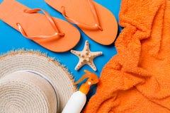 Accessoires étendus plats de plage d'été Crème de bouteille de protection solaire, chapeau de paille, bascules électroniques, ser images libres de droits