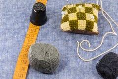 Accessoires admirablement présentés pour la couture sur un fond de jeans Image stock