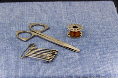 Accessoires admirablement présentés pour la couture sur un fond de jeans Images libres de droits