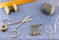 Accessoires admirablement présentés pour la couture sur un fond de jeans Photographie stock libre de droits