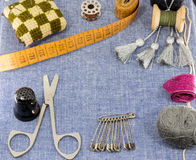 Accessoires admirablement présentés pour la couture sur un fond de jeans Photographie stock
