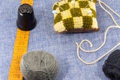 Accessoires admirablement présentés pour la couture sur un fond de jeans Images stock