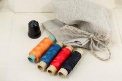 Accessoires admirablement présentés pour la couture sur un fond de tissu Images stock