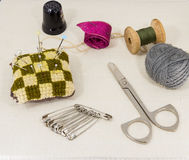 Accessoires admirablement présentés pour la couture sur un fond de tissu Image stock