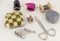 Accessoires admirablement présentés pour la couture sur un fond de tissu Photo stock