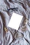 accessoires blancs de bloc-notes et de femmes sur le tissu gris image stock