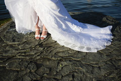 Accessoires, chaussures et pieds nuptiales. Photos stock