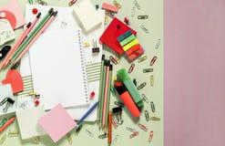 Accessoires colorés d'école et de bureau, carnet image libre de droits