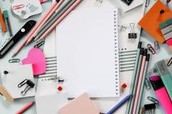 Accessoires colorés d'école et de bureau, carnet images libres de droits