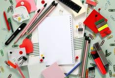 Accessoires colorés d'école et de bureau, carnet photos stock
