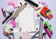 Accessoires colorés d'école et de bureau, carnet photo libre de droits