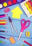 Accessoires d'école et de bureau sur des conseils, de nouveau au concept d'école Photo libre de droits