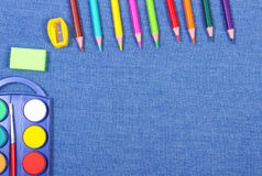 Accessoires d'école et de bureau sur le fond de jeans, de nouveau au concept d'école Photographie stock libre de droits