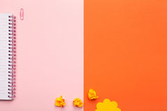 Accessoires d'école ou de bureau sur le fond rose et orange Photo stock
