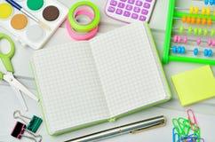 Accessoires d'école sur la table Photographie stock libre de droits