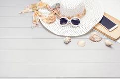 Accessoires d'été et concept de tourisme, vue supérieure sur le fond en bois Photos stock
